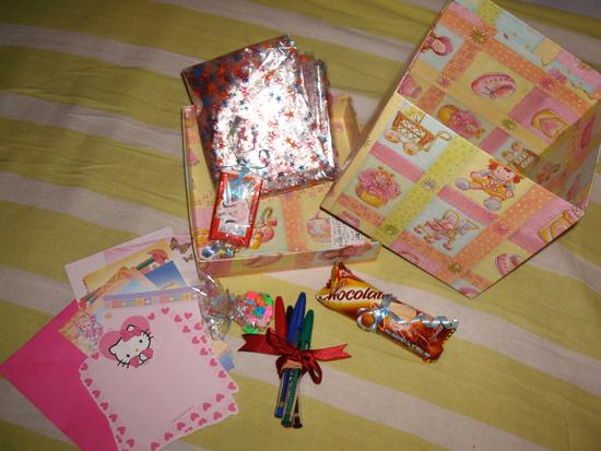 Presente que ganhei da Prix: papéis, canetas, tic-tac personalizado, barrinhas de chocolate e um montão de bombons que já tinham acabado quando tirei a foto. X)