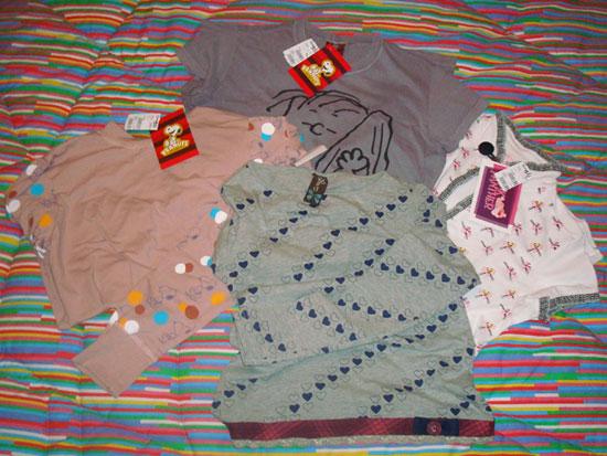 Blusa manga comprida do Snoopy, camiseta do Lino, blusinha de manga curta da Pantera Cor de Rosa e blusinha de manga comprida da minha mãe.