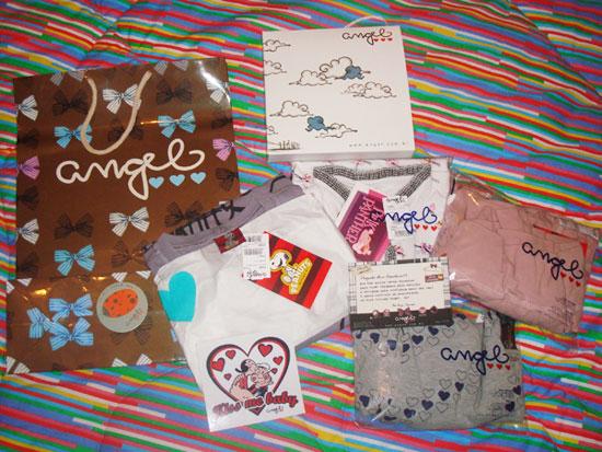 Sacola, adesivos, caixinha de presente e blusinhas