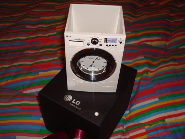 LG: porta lápis com relógio em forma de lavadora de roupas