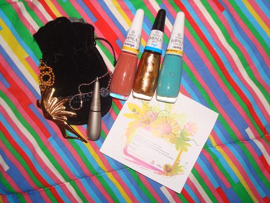 Pingente dourado, chaveiro de mini potinho de esmalte, esmaltes e cartãozinho