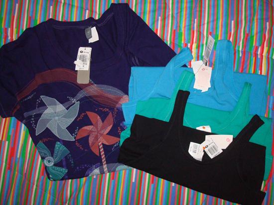 Blusinhas Hering: Camiseta azul (R$31,50) e 3 regatas básicas (R$16,50 cada)