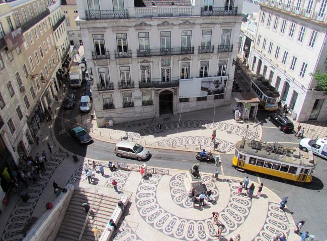 Vista da sala comum do hostel: praça onde fica o Café A Brasileira e metrô.