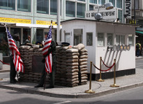 Berlim – Entrando na Berlim Oriental pelo Tränenpalast e pelo Checkpoint Charlie