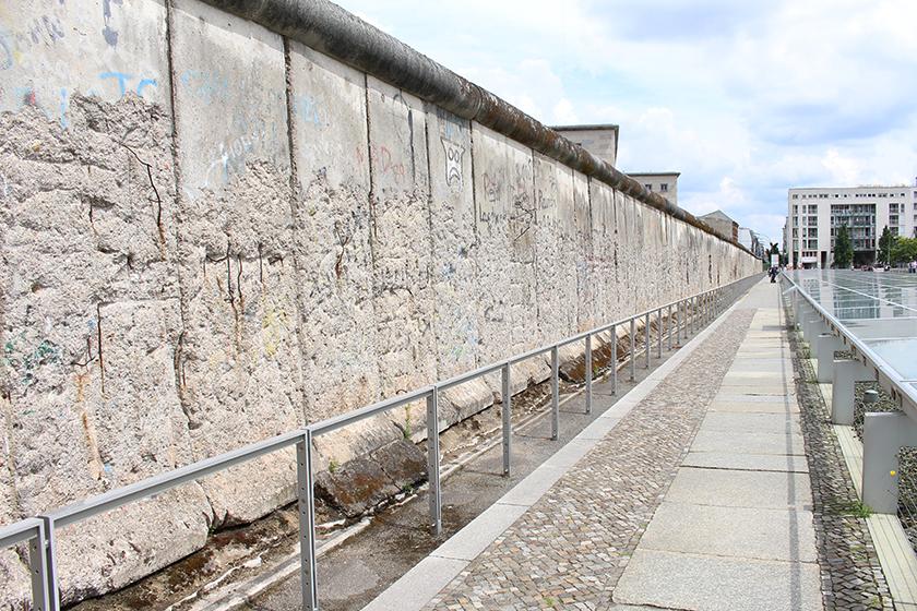 O trecho do Muro preservado em frente ao prédio.