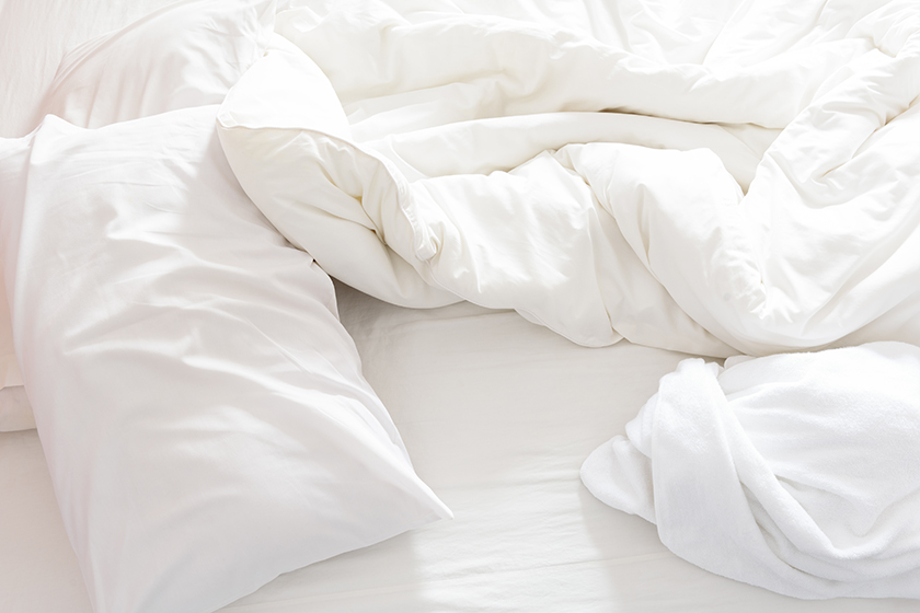 Cama desfeita após acordar, por Shutterstock.